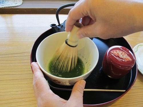 お茶をたてます.JPG